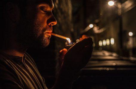 Czy wolno palić na balkonie lub klatce schodowej – co mówi prawo?
