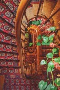 Montaż chodników dywanowych na schodach