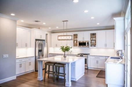 Jak zaplanować oświetlenie do kuchni, aby doświetlić każdą strefę? Praktyczny poradnik i garść inspiracji