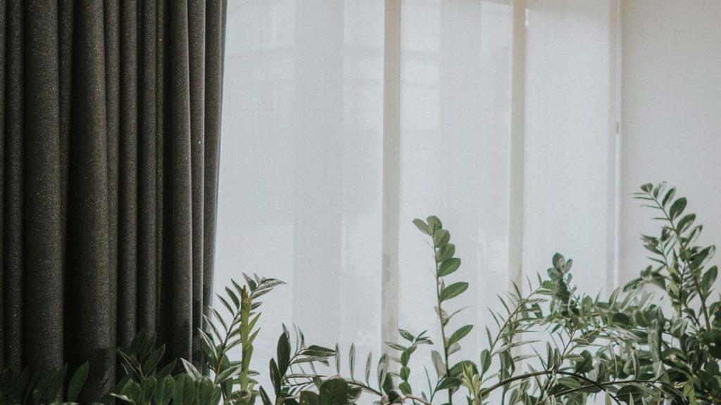 Dekoracje okienne w stylu japońskim, czyli zasłony panelowe?